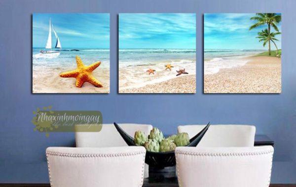 Những bức tranh vẽ về biển sẽ mang lại cảm giác thư thái và yên bình trong ngôi nhà. Bài viết dưới đây sẽ hướng dẫn các bạn cách vẽ tranh phong cảnh biển đơn giản và đẹp nhất. Tranh phong cảnh biển được nhiều người yêu thích và lựa chọn để trang trí trong ngôi nhà của mình. Hình ảnh nước biển xanh ngắt với những con sóng dập dờn sẽ mang lại cho không gian căn phòng sự tươi mới và mát mẻ. Khi cảm thấy mệt mỏi hay căng thẳng, chỉ cần được ngắm nhìn bức vẽ tranh phong cảnh biển đẹp sẽ giúp bạn thư giãn và tinh thần sảng khoái, yêu đời hơn. Những bức tranh này tạo cảm giác như chính chúng ta đang đứng ngay trên bờ biển vô cùng chân thực. Xem thêm: Tìm hiểu thông tin Cao đẳng Y Dược Sài Gòn tuyển sinh 2020. Vẽ tranh phong cảnh biển có thể dễ dàng kết hợp với bất kỳ không gian nội thất nào, dù đó là không gian cổ kính hoặc một ngôi nhà hiện đại. Những bức tranh này sẽ là điểm nhấn ấn tượng, giúp cho không gian ngôi nhà trở nên sang trọng, hiện đại và hoàn mỹ hơn. Cách vẽ tranh phong cảnh biển đơn giản Trước khi bắt đầu vẽ tranh cảnh biển, bạn cần chuẩn bị một số đồ dùng cần thiết như giấy vẽ, bút chì, thước kẻ, tẩy, màu sáp, bút chì màu để tô. Bên cạnh đó, để sáng tạo một tác phẩm hội họa đẹp, bạn cần phải nghiên cứu, quan sát và chuẩn bị đầy đủ các thứ cần thiết để vẽ tranh phong cảnh biển thật đẹp và thu hút người xem. Bước 1: Đầu tiên, bạn cần vẽ tranh phong cảnh biển bằng bút chì, dùng thước tạo đường chân trời và vẽ một ông mặt trời tròn trên đường chân trời. Tiếp theo, hãy tạo đường uốn lượn phân chia bờ biển và bãi cát. a1 Bước 2: Sau đó, bạn vẽ cụm cây xanh trên cát và mấy cây dừa cao để bức tranh thêm xanh tươi hơn. Ở góc phải bức tranh, bạn hãy vẽ một cái ghế dưới cây dù. a2 Bước 3: Đến bước này, bạn sẽ bắt đầu tô màu sáp để hoàn thành bức tranh. - Đầu tiên, bạn hãy dùng màu vàng nhạt để tô cho ông mặt trời và tạo các tia vàng lan tỏa xung quanh ông mặt trời. - Tiếp theo, bạn hãy sử dụng màu xanh dương tô nhẹ phần bầu trời. - Cũng dùng luôn màu xanh dương để tô 