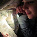 Tại sao không nên đọc sách nơi thiếu ánh sáng hay trên tàu xe